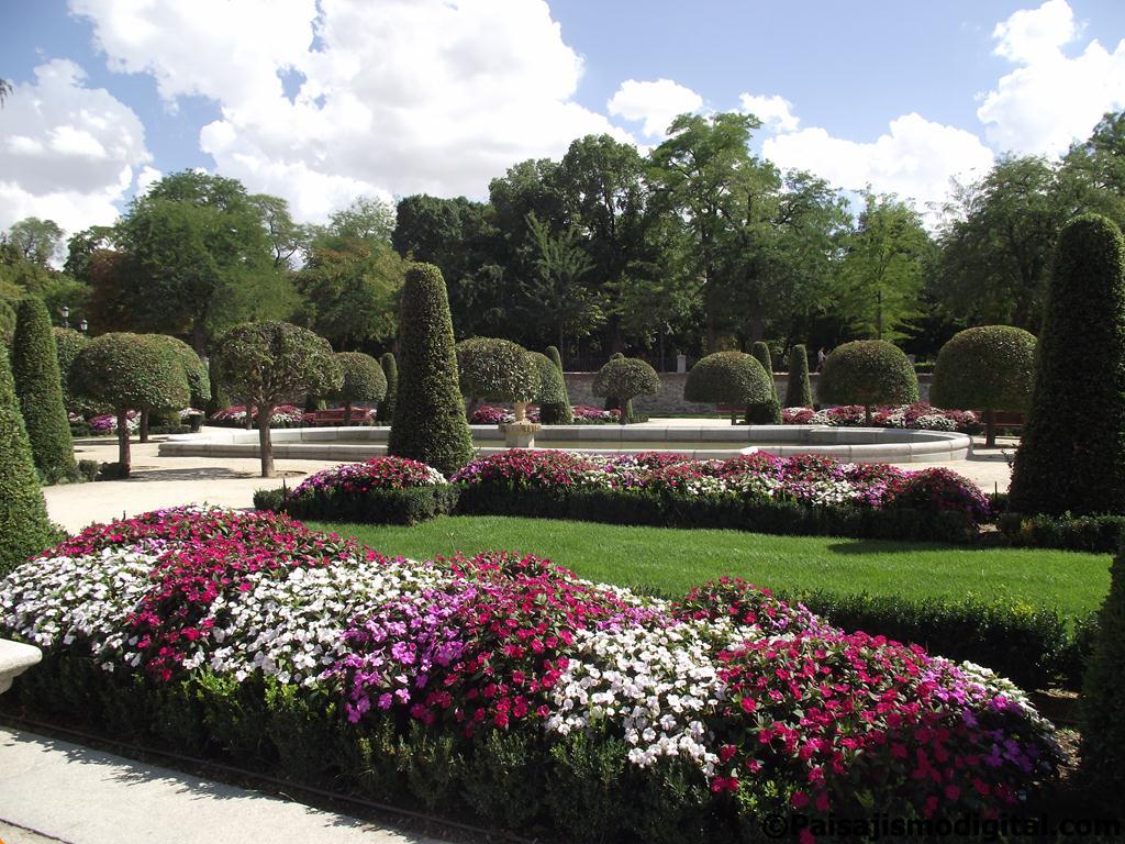 Petunias de variados colores engalanan los parterres del Parque del Retiro en Madrid, España
